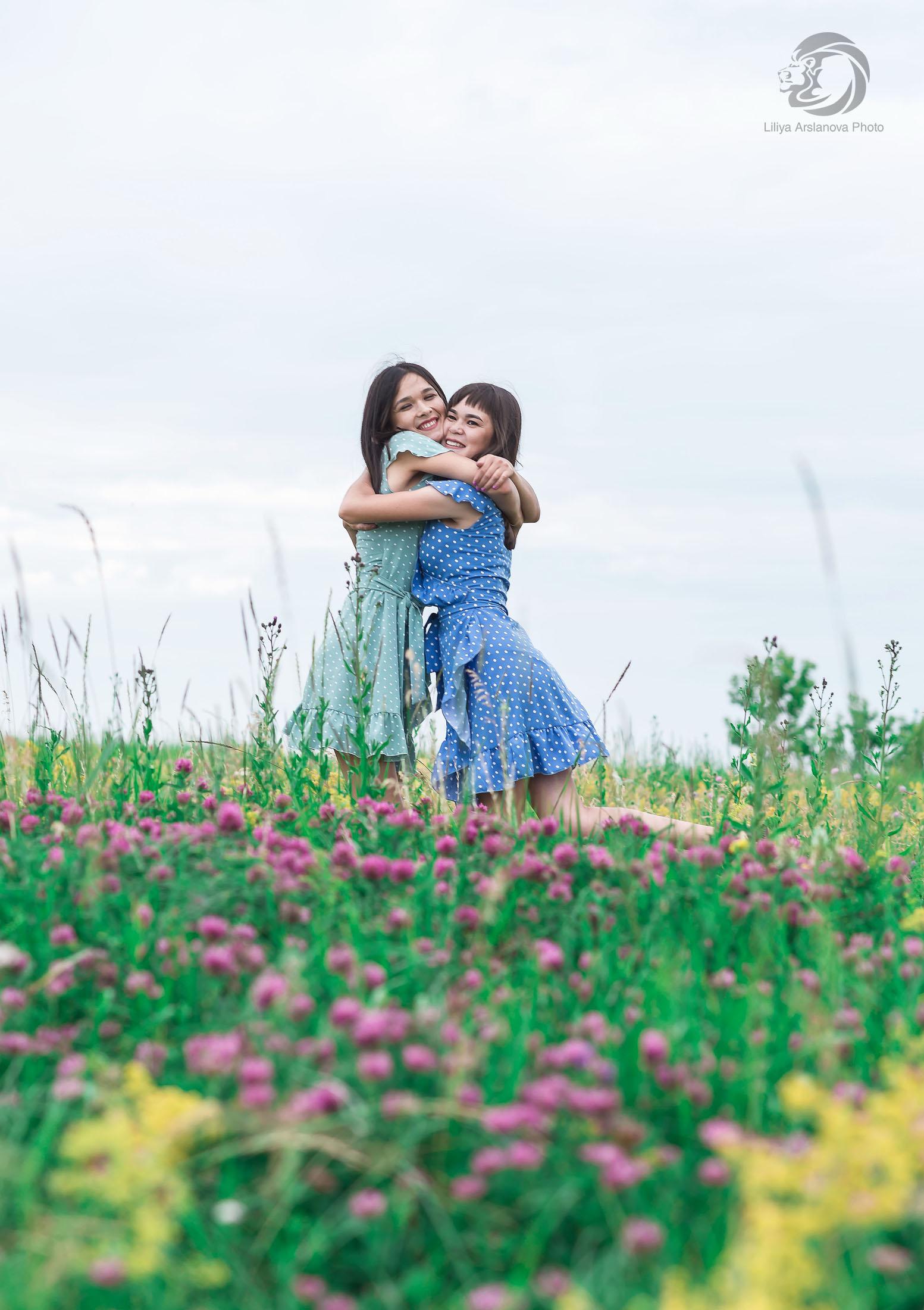 фотосессия сестер +на природе, фотосессия двух сестер, фотограф Стерлитамак Лилия Арсланова, sisters, sisters photo, фотограф сестер, девушки стерлитамак Лилия Арсланова родные объятия