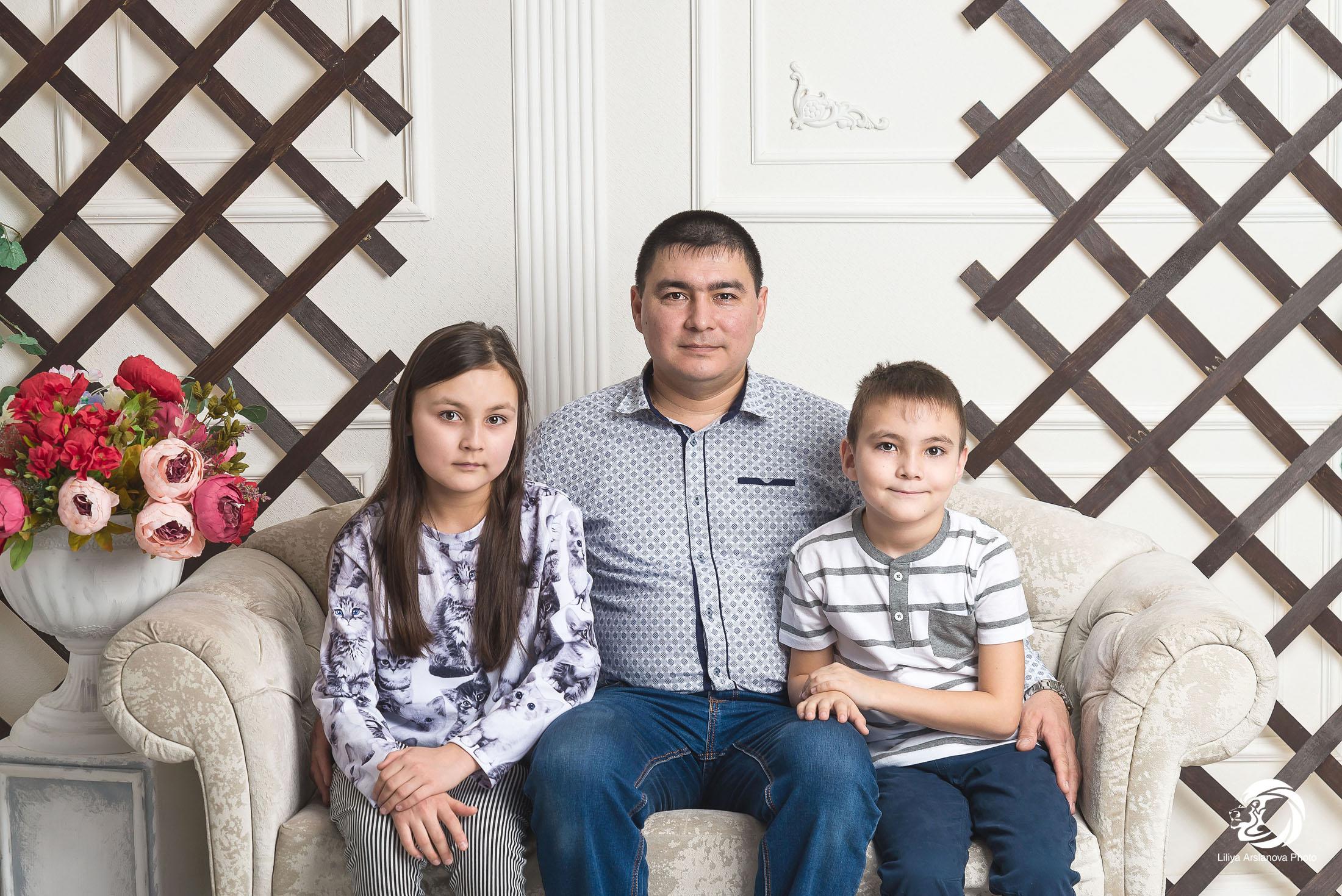 Папа с детьми. семейная фотосессия в студии, семейные фотосессии с детьми, в фотостудии Стерлитамак фотограф Лилия Арсланова в Стерлитамаке, профессиональный фотограф Стерлитамак, одежда для семейной фотосессии