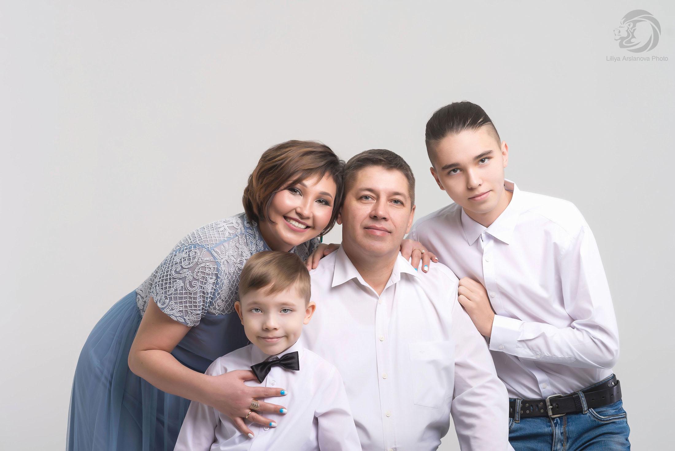 Нарядные и красивые. семейная фотосессия в студии, семейные фотосессии с детьми, в фотостудии Стерлитамак фотограф Лилия Арсланова в Стерлитамаке, профессиональный фотограф Стерлитамак, одежда для семейной фотосессии