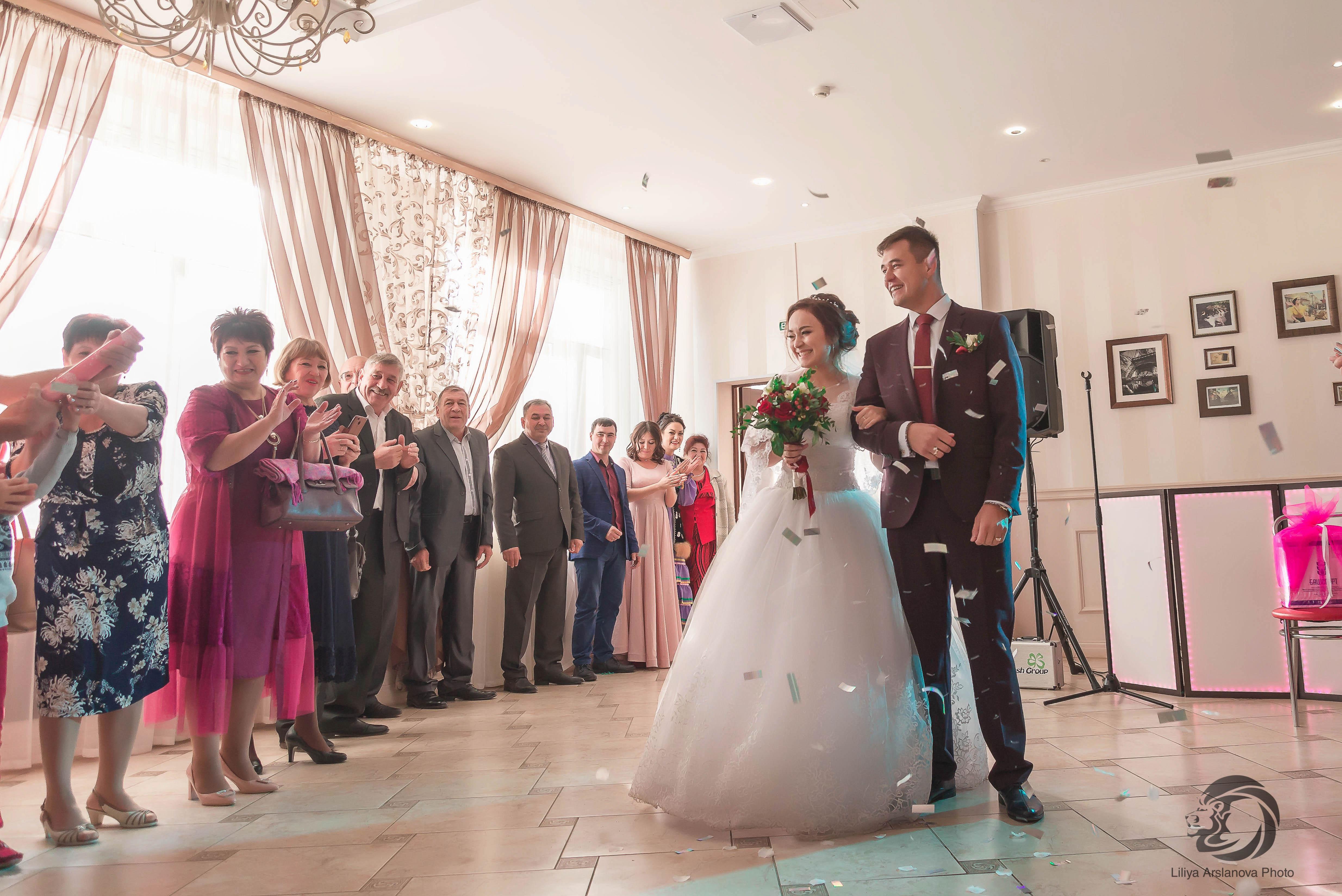Встреча молодожён родными на банкете. Свадебный фотограф Стерлитамак , свадебный фотограф Красноусольск, фотограф на свадьбу стерлитамак недорого, фотограф свадебный цена стерлитамак санаторий красноусольск