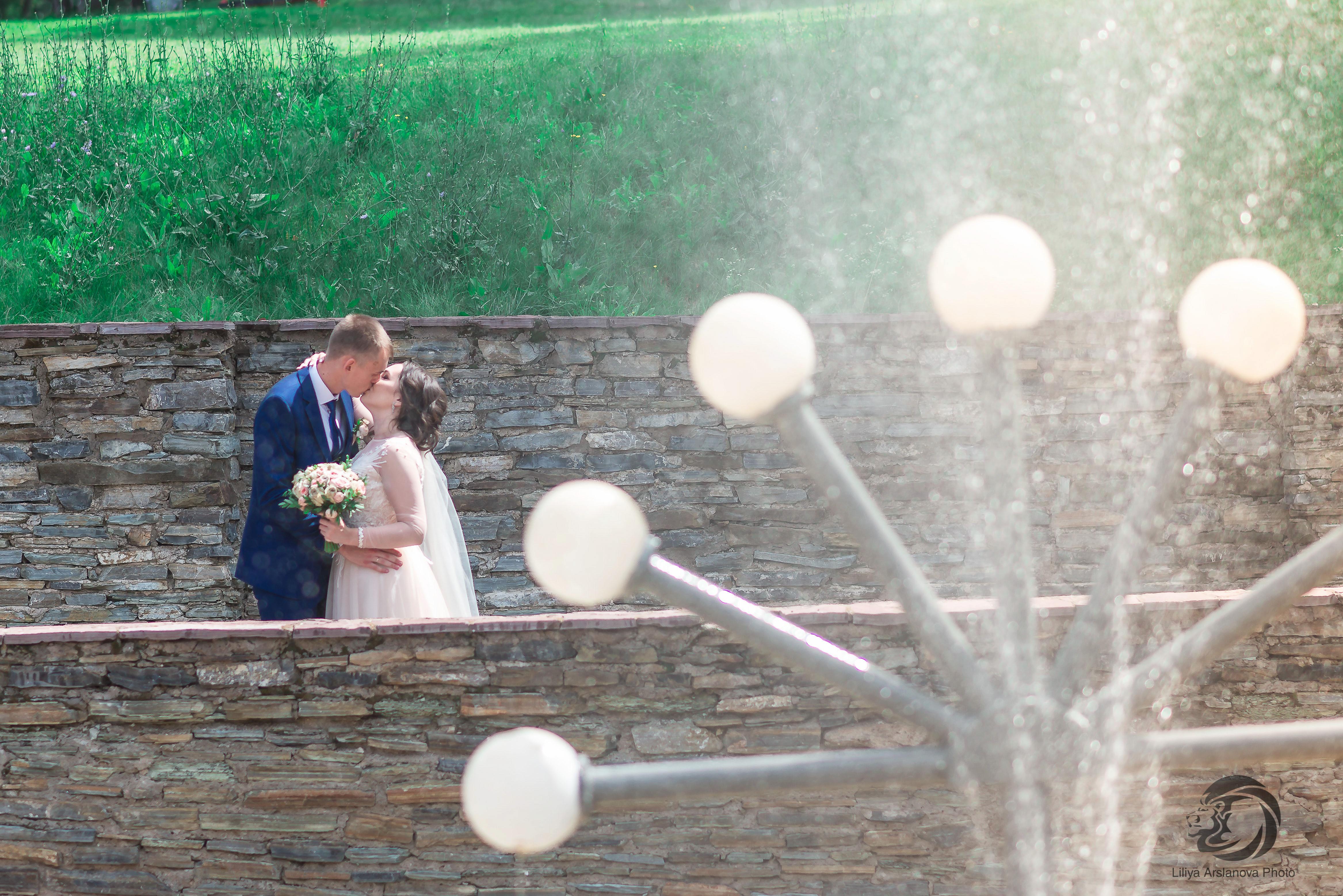 У фонтана. Свадебный фотограф Стерлитамак , свадебный фотограф Красноусольск, фотограф на свадьбу стерлитамак недорого, фотограф свадебный цена стерлитамак санаторий красноусольск