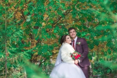 Под сенью деревьев счастливые молодожёны. Свадебный фотограф Стерлитамак , свадебный фотограф Красноусольск, фотограф на свадьбу стерлитамак недорого, фотограф свадебный цена стерлитамак санаторий красноусольск