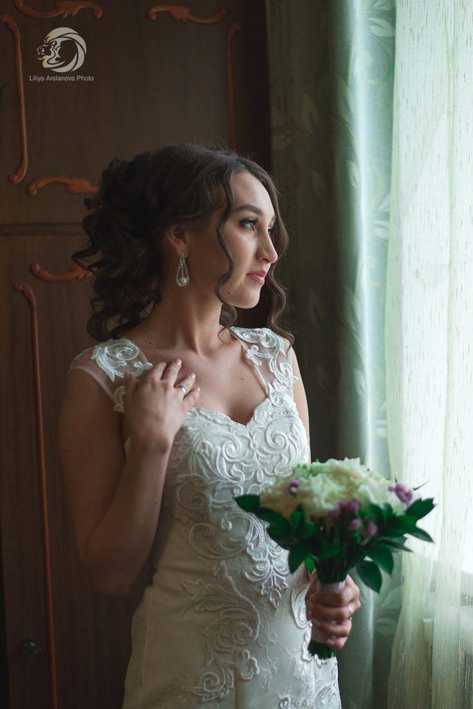 у окна Красноусольск фотограф жених и невеста свадебный фотограф , фотограф на свадьбу, фотограф цена, фотограф отзывы невеста Стерлитамак Лилия Арсланова
